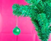 Ball auf Baum-frohen Weihnachten und guten Rutsch ins Neue Jahr Stockbild