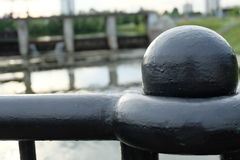 Ball auf Brücke stockfoto