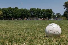 Ball auf dem Fußballplatz Stockbild