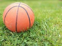 Ball auf einem Grün Lizenzfreie Stockfotografie