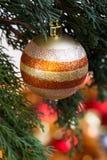 Ball auf Weihnachtsbaum für Weihnachts-und neues Jahr-Dekoration herein Lizenzfreies Stockbild