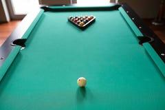 Ball der Anfangsposition fünfzehn auf Billardtisch Stockbild