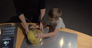 Ball, der in Luftstrom schwimmt Experiment in der Wissenschaftsmitte stock video