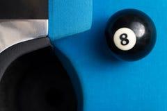 Ball 8, der nahe der Tasche stillsteht Lizenzfreies Stockfoto