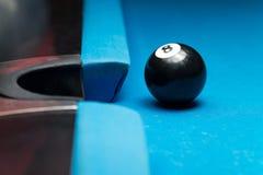 Ball 8, der nahe der Tasche stillsteht Lizenzfreie Stockbilder