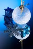 Ball der weißen Weihnacht auf Spiegel/Blue-Licht Lizenzfreie Stockbilder