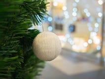 Ball der weißen Weihnacht auf Weihnachtsbaum Lizenzfreie Stockfotos