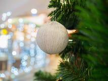 Ball der weißen Weihnacht auf Weihnachtsbaum Lizenzfreie Stockfotografie