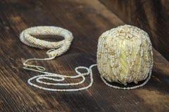 Ball der Wolle mit Perlen Lizenzfreies Stockbild