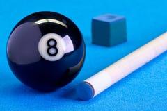Ball des Billardpool-Spiels acht mit Kreide und Stichwort auf Billardvorsprung Stockfoto