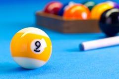 Ball des Billardpool-Spiels neun mit Stichwort auf Billardtisch Lizenzfreie Stockfotografie