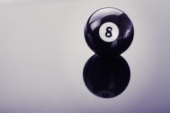 Ball des Pools acht auf Glas Lizenzfreie Stockbilder