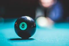 Ball des Pools acht und unscharfes menschliches Schattenbild Stockbilder
