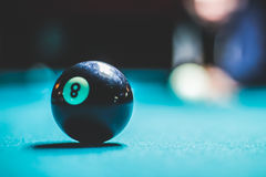 Ball des Pools acht und unscharfes menschliches Schattenbild Lizenzfreie Stockfotografie