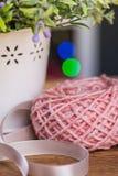 Ball des Strickgarnes mit Blumen Stockfotos