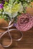 Ball des Strickgarnes mit Blumen Stockfoto