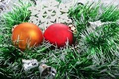 Ball des Weihnachten zwei in der grünen Girlande mit Glocken Stockbild