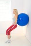 ball exercising fitness στοκ εικόνα με δικαίωμα ελεύθερης χρήσης