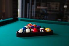 Ball fünfzehn auf grünem Billardtisch Stockbild