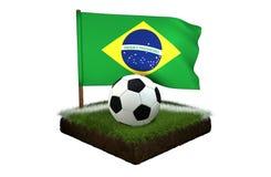 Ball für das Spielen des Fußballs und der Staatsflagge von Brasilien auf Feld mit Gras Lizenzfreie Stockbilder