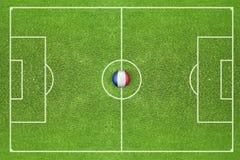 Ball mit Flagge von Frankreich auf dem Feld Lizenzfreies Stockbild