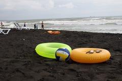 Ball, schwimmende Gläser, Touristen, sunbeds und sich hin- und herbewegender Ring zwei auf Strand Lizenzfreies Stockbild