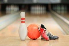 Ball, Stift und Schuhe auf Boden stockfoto