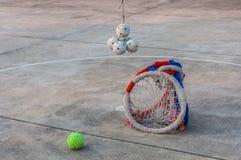 Ball und Band Sepaktakraw auf konkretem Boden. Stockbild