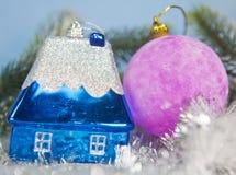 Ball und Spielzeug des neuen Jahres kleiner haus- Traum neuen Jahres eigenen Hauses Stockfotografie