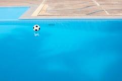 Ball und Swimmingpool Lizenzfreies Stockbild