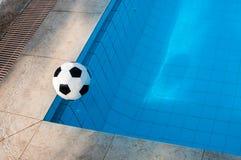 Ball und Swimmingpool Stockfoto