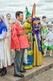 Ball von den Nationalitätsfestivalteilnehmern, die auf den Anfang des Festivals am Dvortsovaya-Damm warten Stockfotografie