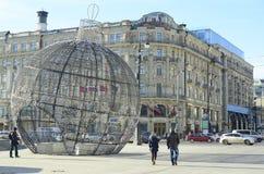 Ball von Glühlampen in der Straße Lizenzfreies Stockfoto