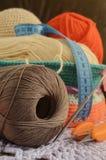 Ball von Threads und von Speiche für das Stricken Lizenzfreies Stockfoto
