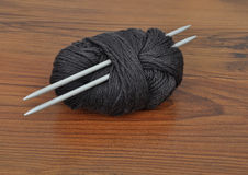 Ball of wool with knitting needles Royalty Free Stock Photography
