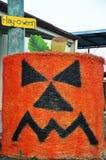 Balla di fieno rotonda di Halloween del fronte scontroso della zucca Fotografie Stock