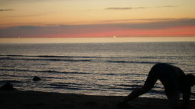 Ballando al tramonto sulla spiaggia video d archivio