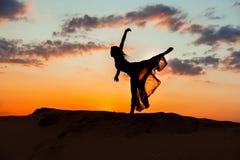 Ballando alla notte sulla sabbia Fotografia Stock Libera da Diritti