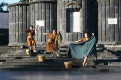 ballando in costume di Giava tradizionale Fotografia Stock Libera da Diritti
