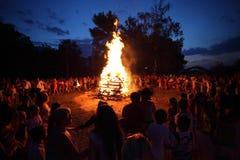 Ballando intorno al fuoco di accampamento fotografia stock libera da diritti