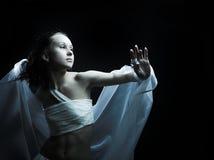Ballando nel semidarkness Fotografia Stock Libera da Diritti