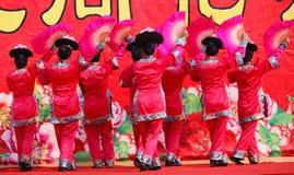 Ballando sul nuovo anno cinese immagine stock