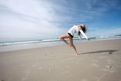 Ballando sulla spiaggia immagine stock libera da diritti
