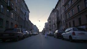Ballando sulla via prima dell'alba stock footage