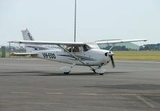 BALLARAT, VICTORIA, AUSTRALIE - 10 octobre 2015 : Un avion léger Cessna 172 roulant au sol en bas de la piste à l'aéroport de Bal Image stock