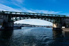 Ballard Bascule Bridge que conecta Seattle a Ballard através de Salmon Bay foto de stock