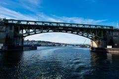Ballard Bascule Bridge som förbinder Seattle till Ballard över Salmon Bay Arkivfoto