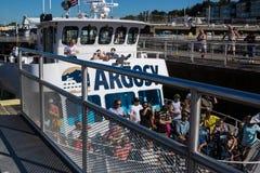 Ballard Lock Cruise Ship Passing a través Imágenes de archivo libres de regalías