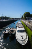 Ballard Lock Pleasure Craft Entering Fotografia Stock Libera da Diritti