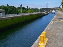Ballard Locks, olhando rio acima com a ponte além do barco t de vinda Fotos de Stock Royalty Free